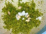 ゆず胡椒作り:すり下ろしたゆずと唐辛子に塩、ゆずの果汁を入れる