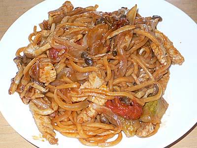 二度蒸しの太麺を焼く「宇都宮やきそば。」