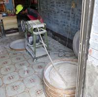 台湾で手延べの麺線を作るおじさん