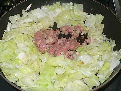 オキハム コンビーフハッシュを野菜炒めに入れる